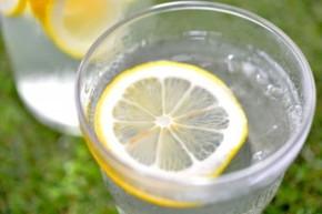 シンプルな「レモンウォーター」でヘルシーな水分補給